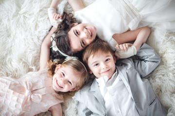 tres niños tumbados boca ar...