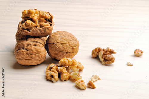Fotografía  group of walnuts on a table