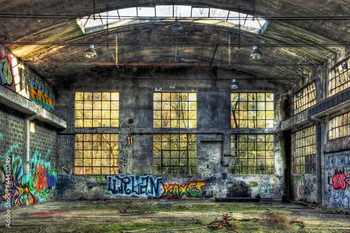 Naklejka premium Wnętrze opuszczonego budynku przemysłowego