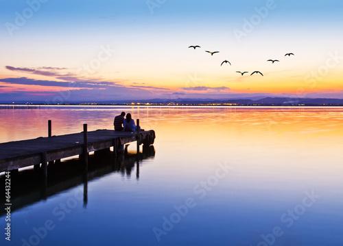 Foto auf AluDibond Pier novios en el embarcadero del lago