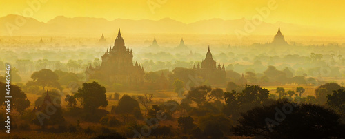 Платно Sunrise over temples of Bagan in Myanmar