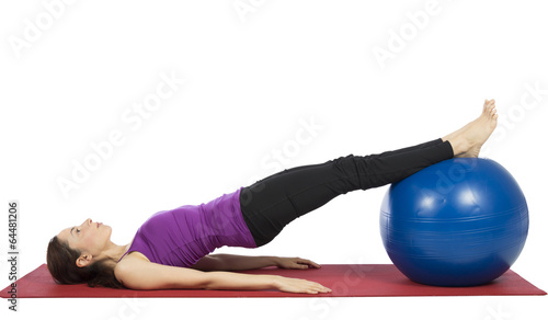 Photo  Young fitness woman working her abs with pilates ball
