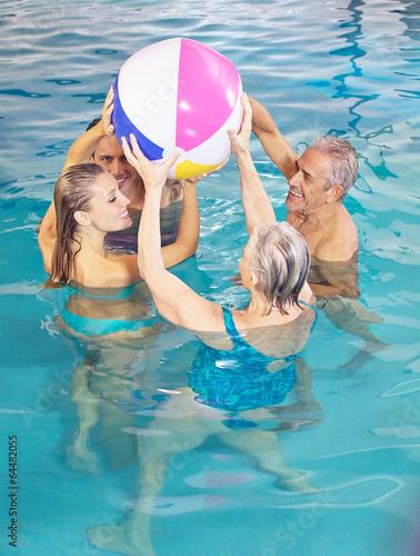 poolwasser mit wasserball bola senioren und paar baden mit wasserball kaufen sie dieses foto