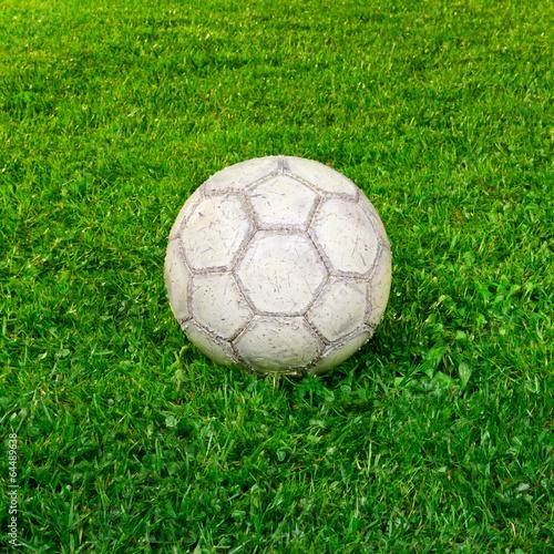 Używany piłki nożnej na trawie