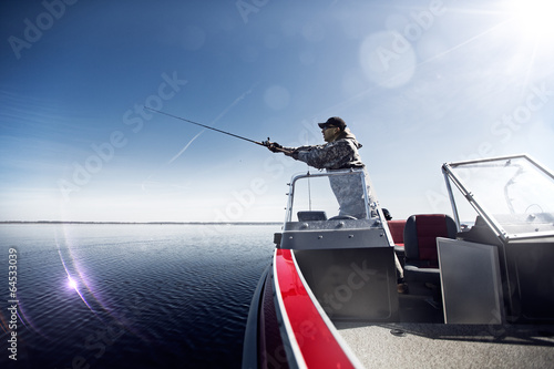 Poster Vissen Men is fishing at the boat