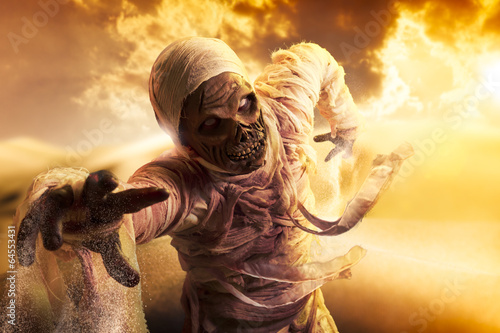 Photo  Scary mummy in a desert at sunset