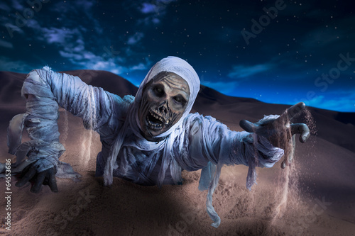 Photo Scary mummy in a desert at night