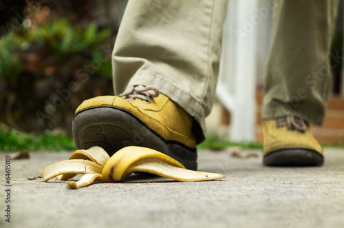 Fotografie, Obraz  man stepping on banana peel