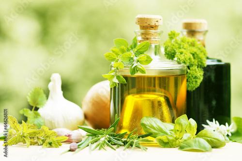 Fotografie, Obraz  verschiedene Kräuter, Küchenkräuter, Gewürzkräuter, mit Essig und Öl, Copy space