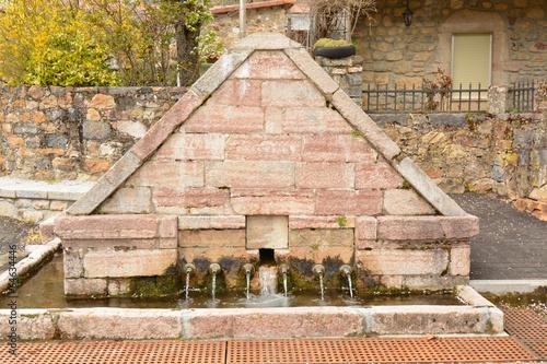 Fotografie, Obraz  fuente de piedra en el pueblo de lois, picos de europa, leon