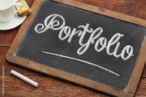 Fotografía  portfolio word on blackboard