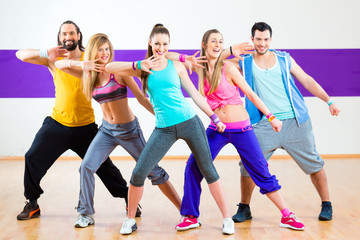Tänzer trainieren Zumba Fitness in Tanzstudio