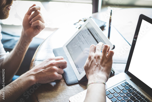 Fotografia  close up of hand using tablet and notebook