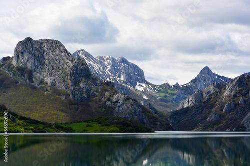 Foto auf Gartenposter Reflexion panoramica de las montañas de los picos de europa