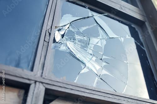 Fotografia broken glass in a window frame