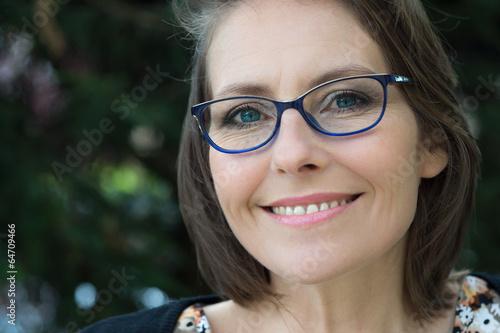Fotografía  femme élégante avec ses lunettes de vue