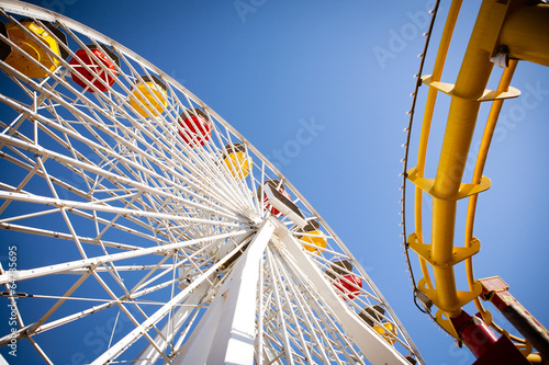 Papiers peints Attraction parc Ferris Wheel and Roller Coaster