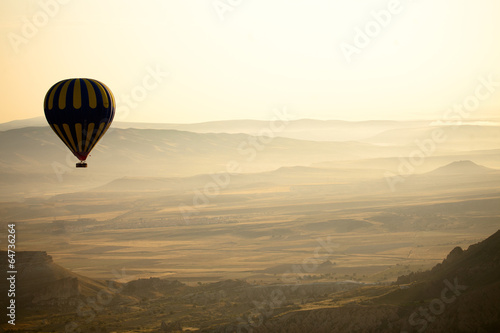 Poster Montgolfière / Dirigeable Hot Air Balloons Over Cappadocia, Turkey