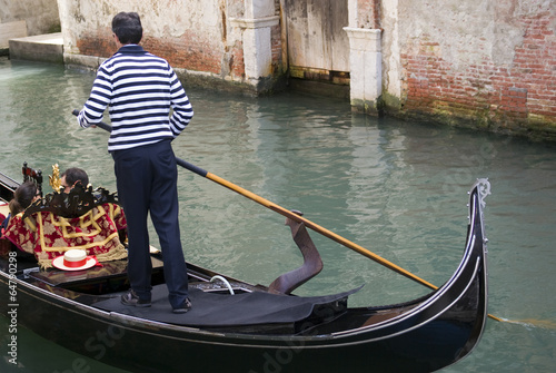 Fotografía Gondolier are boating tourists in the typical venetian gondola