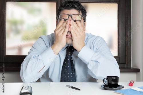 Obraz na płótnie Mężczyzna w rozpaczliwym biurze