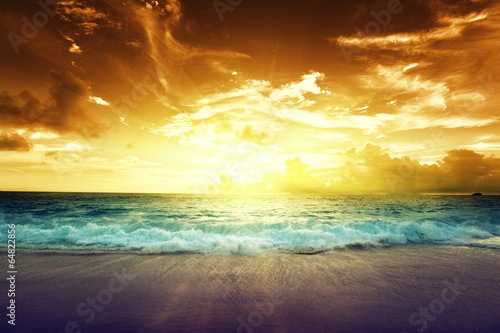 Spoed Foto op Canvas Zonsondergang sunset on Seychelles beach