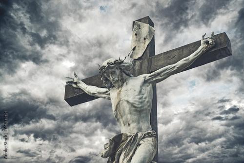 ukrzyzowany-jezus-na-tle-burzowego-ciemnego-nieba