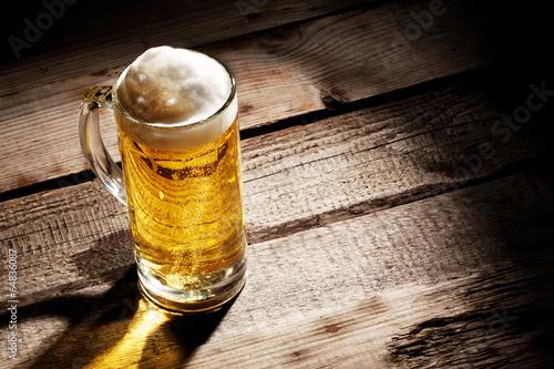 przezroczyste-szklo-z-lekkim-piwem