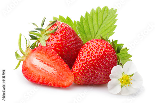Fotografía  Strawberries with leaves and blossom. Isolated on a white