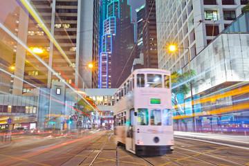 tramvaj na cesti u noći Hong Konga