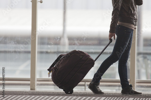 Fotografia Woman carries your luggage at the airport terminal