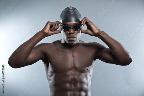 Obraz na płótnie Athletic muscled black african swimmer wearing protective glasse
