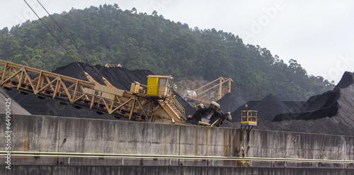 La pose en embrasure Aeroport huge excavator of coal in a mine