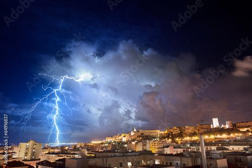 Zdjęcie XXL Bardzo widoczna błyskawica w nocnym mieście