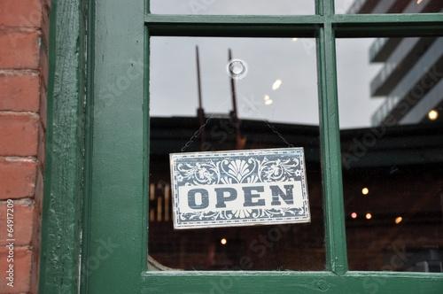 Fotografía  Open sign hang in the door