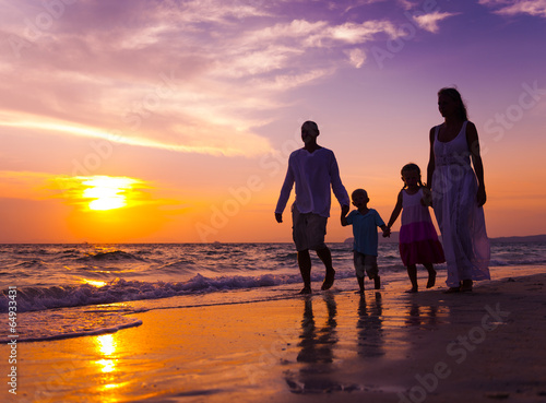 Juliste  Family walking on the beach