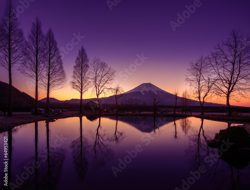 In de dag Violet Fuji Reflect on a pond