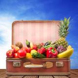 vecchia valigia piena di frutta e verdura fresca