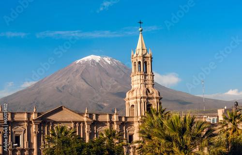 Volcano El Misti overlooks the city Arequipa in southern Peru Fototapet