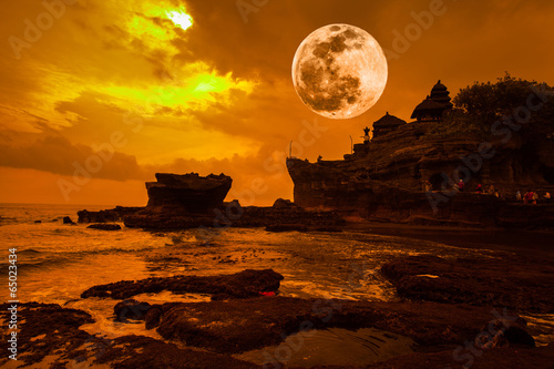 Foto op Plexiglas Indonesië Tanah Lot Temple on Sea with amazing Fuul moon in Bali.