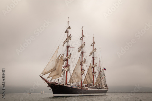 Tuinposter Schip Old ship sailing in the sea