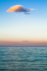 Fototapetazachód słońca nad morzem i przypływ