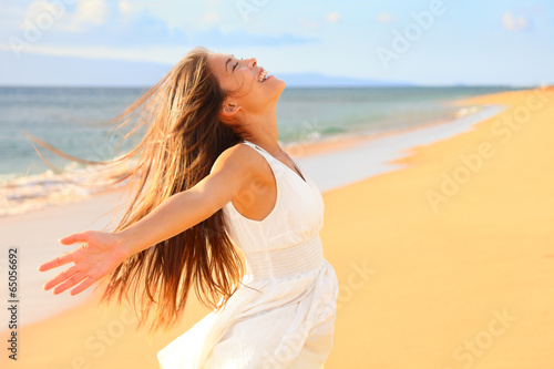 Free happy woman on beach Fotobehang