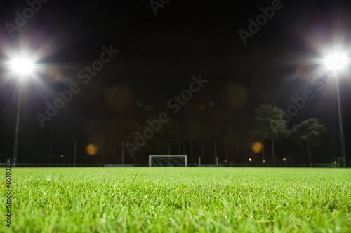 Obraz fußballfeld mit beleuchtung - fototapety do salonu