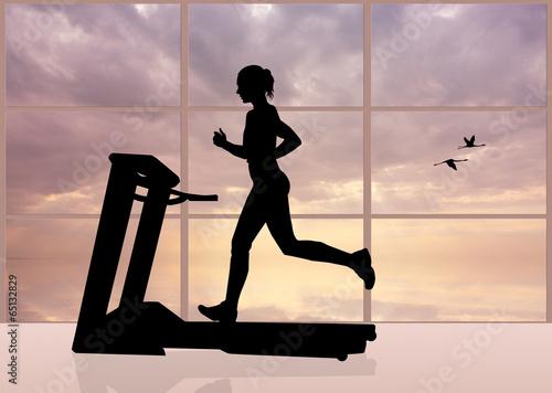 kobieta-biegnie-na-biezni