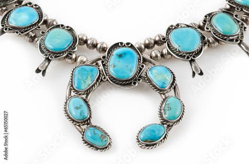 Foto  Detail der Silber- und Türkis-Kürbis-Blüten-Halskette.
