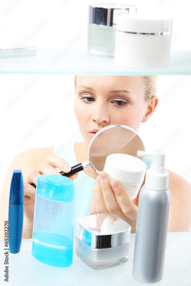 Fototapeta Kosmetyczne zakupy - kobieta czyta etykiety