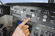 Deutschland,Bayern,München,Hand Pilotierung Flugzeug Ältere Flugkapitänsvon Flugzeug-Cockpit