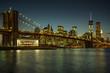 Beleuchtete Brooklyn Bridge und Skyline von Manhattan
