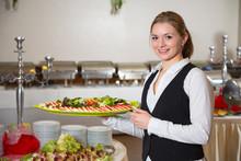 Catering Service Angestellte Hält Ein Tablett Mit Mozzarella
