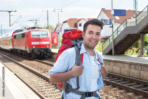 Fotografía  Lachender Tourist am Bahnhof mit Zug